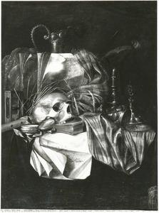 Vanitasstilleven met schedel, siervaatwerk en muziekinstrumenten op een gedekte tafel
