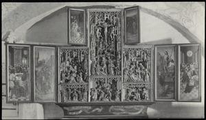 Laatste avondmaal, verraad van Judas (linkerluik); Kruisdraging, kruisiging, bewening, wijding van Thomas Becket tot bisschop van Canterbury, moord op Thomas Becket in de kathedraal, Hendrik II zweert onschuldig te zijn aan de moord (middendeel); Verschijning van Christus aan Maria (linker boven luik); Emmaüsgangers (rechter boven luik); Verrijzenis, nederdaling ter helle (rechterluik)