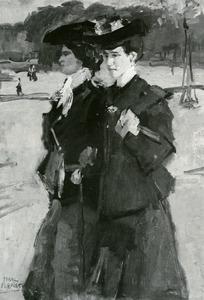 Twee dames wandelend in een park