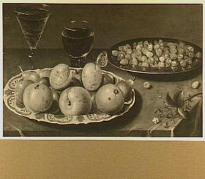 Porseleinen bord met perziken en pruimen, tinnen bord met aarbeien en twee wijnglazen
