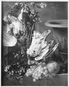 Stilleven met hangend dood gevogelte en vruchten in een venster
