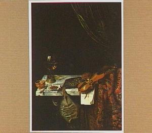 Stilleven met gedroogde vis en een viool op een oosters kleed (met figuur in achtergrond)