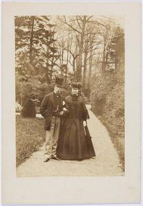 Portret van Guillaume René baron van Tuyll van Serooskerken (1813-1878) en Françoise Margaretha van Weede (1823-1899) in de tuin van slot Zuylen