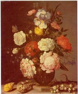 Bloemen in een glazen vaas, met schelpen, een hagedis en een lelietje-van-dalen op een stenen plint
