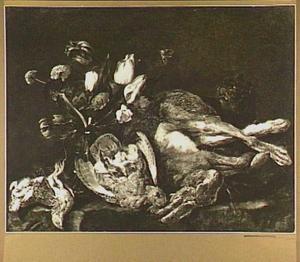 Stilleven met haas, patrijs, zangvogels, een boeket bloemen en een kat op een stenen plint