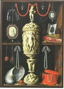 Kunstkast met ivoren bokaal
