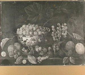 Stilleven van vruchten op een stenen plint, links een porseleinen kom met aardbeien