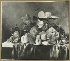 Vruchtenstilleven met meloen, druiven en perziken; rechts een tazza met twee citroenen