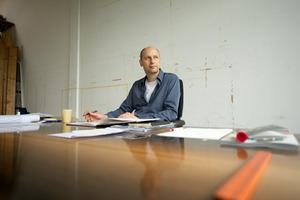 Aernout Mik in zijn atelier