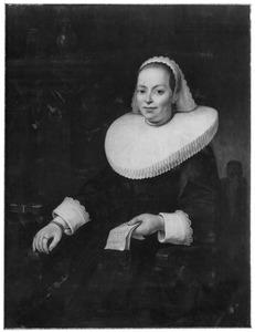 Portret van een vrouw zittend naast een tafel met een brief in de linkerhand