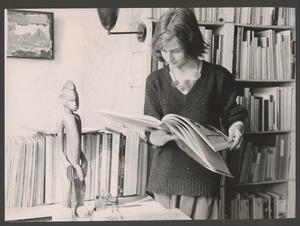 Dora Tuynman in haar atelier in de rue Santeuil (boven Corneille), Parijs