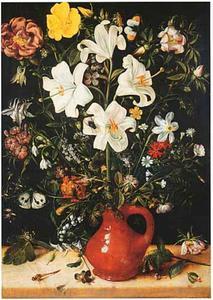 Witte lelie en andere bloemen in een steengoed kan
