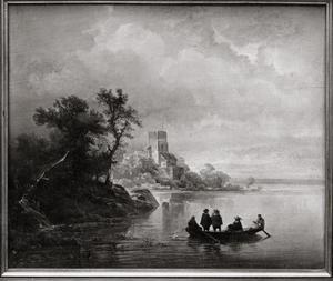 Rivierlandschap met een roeiboot met twee roeiers en drie passagiers