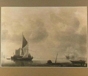 Schepen voor de kust met rechts een pinas die een kanonschot afvuurt