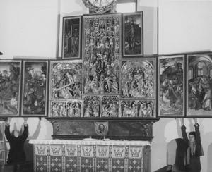 Christus in Gethsemane, de gevangenneming (binnenzijde linkerluik); Ecce Homo (binnenzijde linker bovenluik); De annunciatie, de visitatie, de aanbidding der herders, de aanbidding der Wijzen, de besnijdenis, de presentatie in de tempel, de kruisdraging, de kruisiging, de bewening (midden); De opstanding (binnenzijde rechter bovenluik); De tenhemelopneming, de uitstorting van de Heilige Geest (binnenzijde rechterluik); Vera Icon (predella)