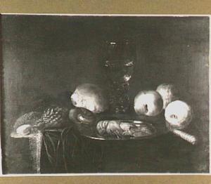 Stilleven met een kreeftje, schelpen, roemer, broodje en vruchten