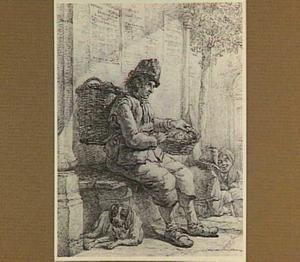 Zittende man met mand op zijn rug
