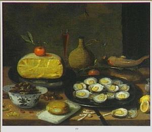 Stilleven van oesters, noten, kaas, een fluitglas en een mandfles