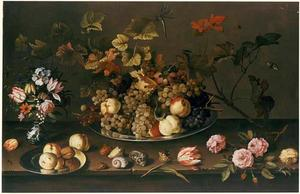 Stilleven met bloemen in een Wan Li-vaas en twee borden met vruchten; daaromheen insekten, schelpen en bloemen