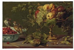 Stilleven van vruchten in een gouden tazza, een porseleinen kom met aardbeien, mussen en een kat