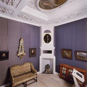 Opkamer met schoorsteenstuk en plafondschildering in betrekking tot koning-stadhouder Willem III