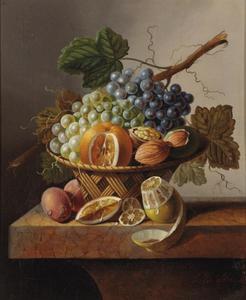 Vruchten en noten in een tenen mand met pruimen en een citroen op een marmeren blad