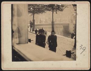 Gezicht op de Lauriergracht te Amsterdam met passanten