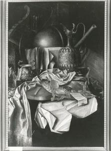Vanitasstilleven met siervaatwerk, laken, globe, luit en prenten op een gedekte tafel
