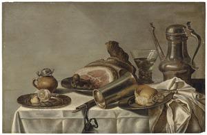 Tinnen schotel met een ham, een Jan Steen-kan en een roemer op een tafel
