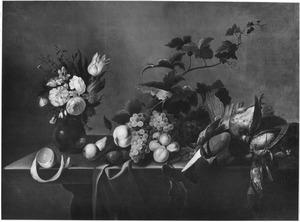 Stilleven met een vaas bloemen, fruit en dood gevogelte