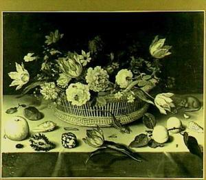Stilleven met bloemenmand, vruchten en een muis
