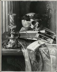 Vanitasstilleven met schedel, kandelaar en Venetiaans glas