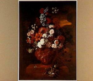 Bloemen in een terracotta vaas, in een tuin bij avond