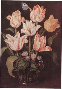 Tulpen en cyclamen in een glas