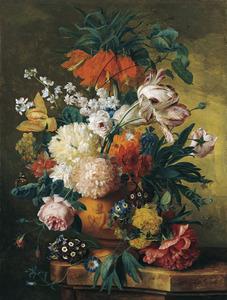 Bloemen in een terracotta vaas, versierd met een putto, op een marmeren balustrade