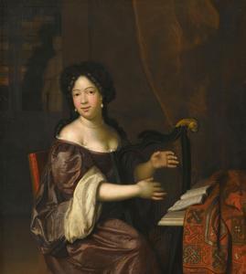 Jonge vrouw bespeelt een harp