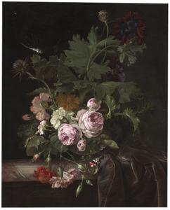 Bloemen in een glazen vaas op een deels bedekte marmeren plint
