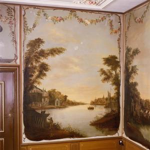 Rivierlandschap met landhuis, theekoepel, een roeiboot en figuren aan de oever