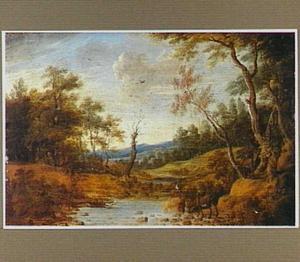 Bebost landschap met herten op de oever van een poel