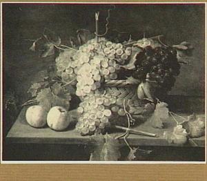 Stilleven van druiven in een mand op de voorgrond twee appels