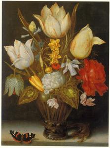 Bloemen in een glazen beker op een stenen plint, geflankeerd door een vlinder en hagedis