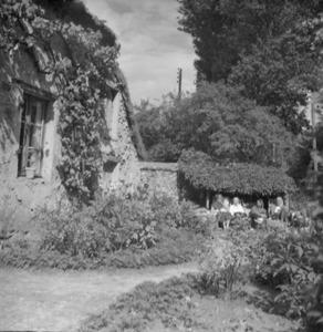 Beeldhouwer Jan Bronner met zijn vrouw, kleinkinderen en anderen bij zijn boerderij  'l'Enclos de Talon' in de Chevreusevalei tussen Parijs en Chartres