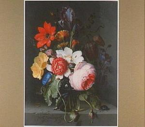 Bloemen in een glazen vaas op een stene plint met een kever