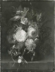Bloemen in een glazen vaas op een marmeren balustrade