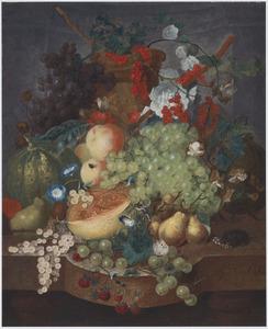 Stilleven van vruchten, bloemen met een vlinder, een vlieg en een muis