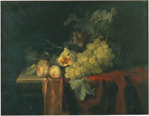 Stilleven van vruchten op een deels gedekte stenen tafel