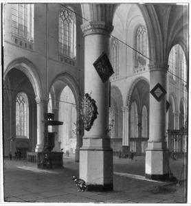 Interieur van de Oude Kerk te Delft met op de voorste pijler het epitaaf van Joh. van Lodesteyn