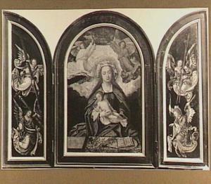 Drieluik met Maria met kind gekroond door engelen (middenpaneel), geflankeerd door engelen (luiken)