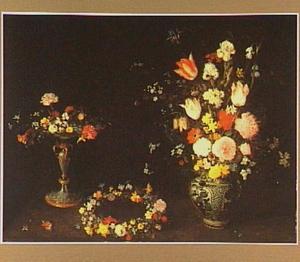 Stilleven van bloemen in een chinese vaas, een bloemenkrans en een tazza met bloemen