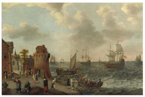 Kustlandschap met met figuren op de kade en schepen op zee